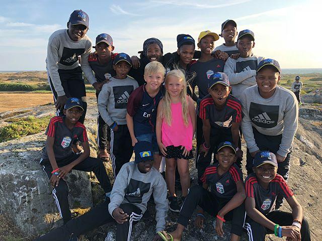 """KUSASA STARS """"Morgondagens  stjärnor"""". Ett Sydafrikanskt fotbollslag som fått möjlighet att  spelat Gothia Cup genom ett projekt från Sverige! Helt fantastiska ungdomar! Detta är ett treårsprojekt som behöver sponsorer för det fortsatta arbetet. Kontakta mig om ni vill vara med och stödja detta på ett eller annat sätt!!"""