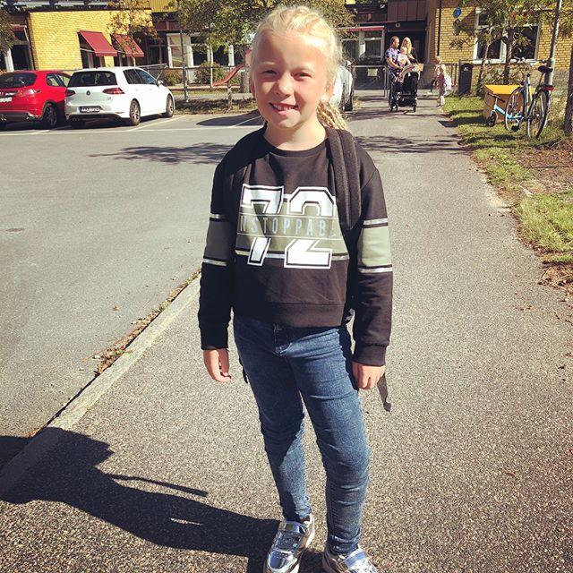 Dagen är kommen som Meja längtat efter. Kläder, skor, örhängen, frisyr och väska är noga utvalt för denna stora första dag då Meja börjar 1:an. Glad tjej och stolt pappa gick till skolan idag 😀🏻️️