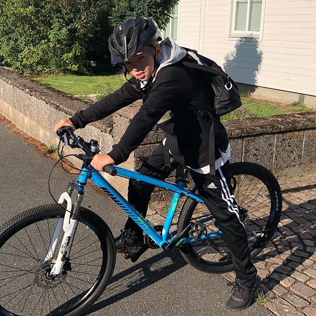 Idag börjar Noah 4:an!!?!! Det va en glad och förväntansfull kille som cyklade iväg till sin nya skola 😀🏻